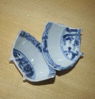 Porselein in tweeën gebroken