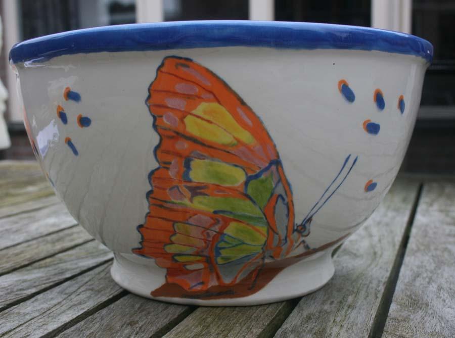 Ronde hoge schaal met vlinder