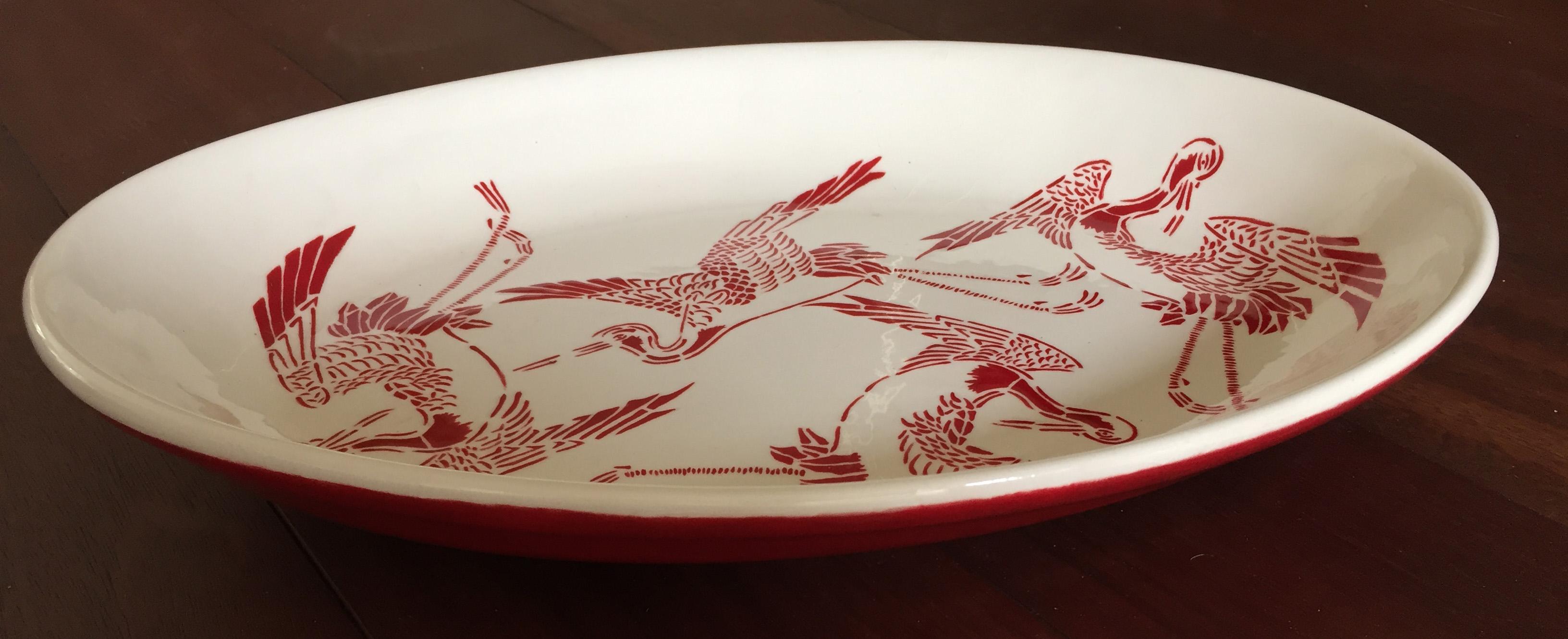 Ovalen schaal met kraanvogels en egaal rode onderkant